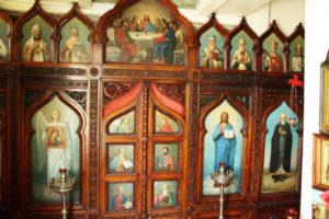 Иконостас, деревянный с прекрасной резьбой, писанный сестрами Ивановского монастыря.